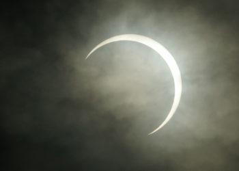 Vista del último eclipse anular de sol del 2019 en Filipinas. Foto: EFE