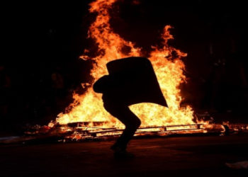 Encuentran dos cuerpos en una tienda incendiada durante disturbios en Chile