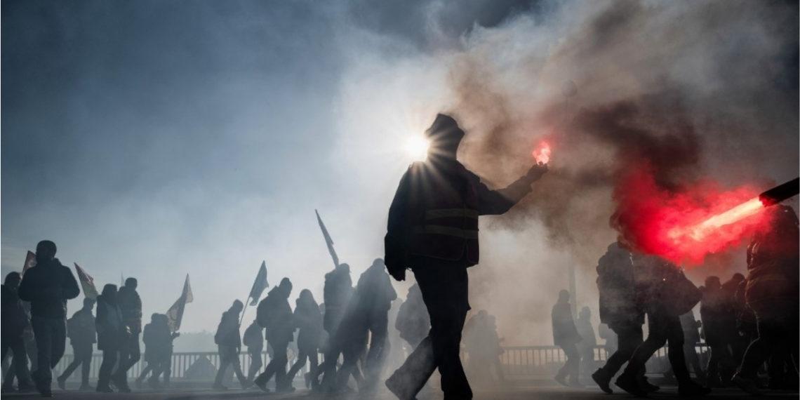 Las protestas en las calles de Francia se han originado por la reforma pensional del gobierno. Foto: AFP