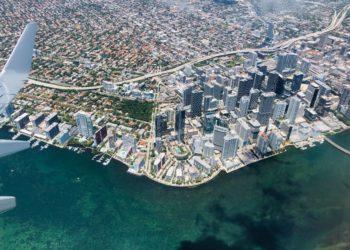 Evacuan edificios de Miami Downtown tras sismo de 7.7 grados en el Caribe. Foto: AFP