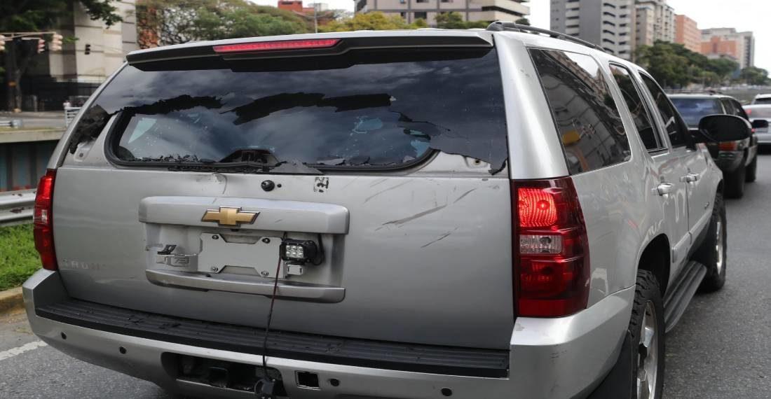 Grupo de colectivos civiles afectos a Nicolás Maduro atacaron a los diputados liderados por Juan Guaidó. Foto: EFE