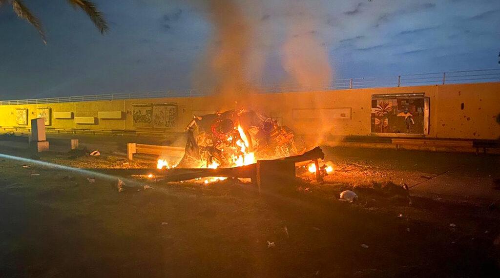 Vehículo en llamas en el Aeropuerto Internacional de Bagdad luego de un ataque aéreo de EE.UU. Foto: AP