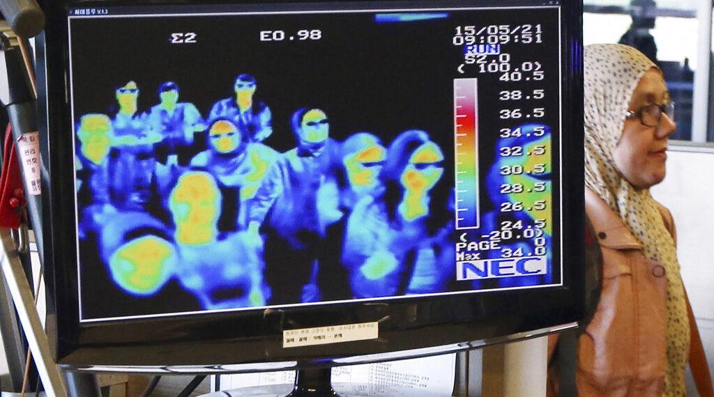 Autoridades en Corea del Sur analizan a los viajeros en los aeropuertos con cámaras térmicas. Foto: AP