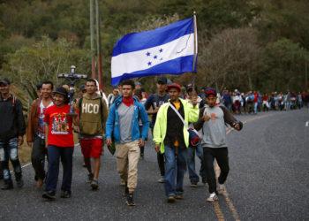 Migrantes hondureños caminan hacia el norte por un camino con la esperanza de llegar a Estados Unidos. Foto: AP