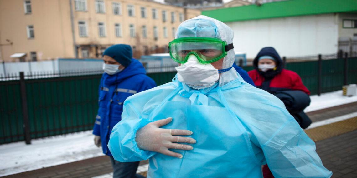 Los trabajadores médicos se preparan para revisar a los pasajeros que llegan de Beijing a la estación ferroviaria de Yaroslavsky en Moscú, Rusia. América Digital. AP