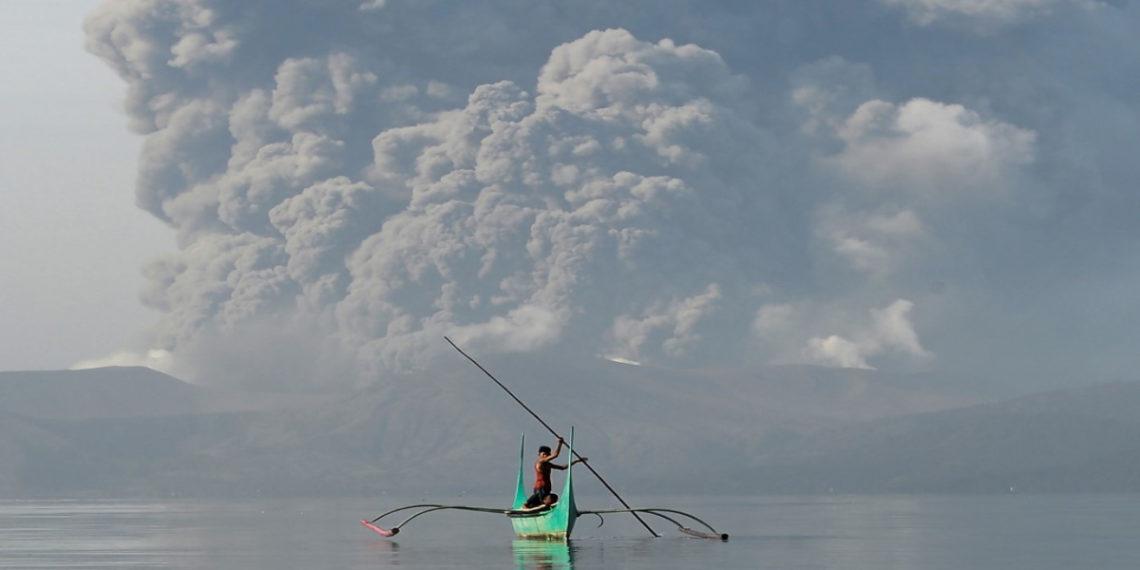 Las autoridades declararon alerta roja en la capital del país ante el riesgo para la salud que entraña la proximidad del volcán.