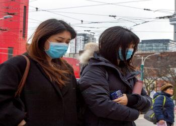 Personas caminan por Toronto con mascaras para protegerse del coronavirus. América Digital/AP
