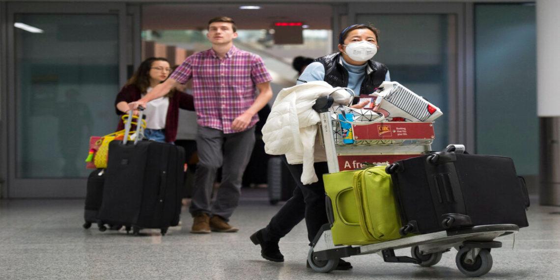 Personas que viajan a sus lugares de residencia por el coronavirus. América Digital/AP
