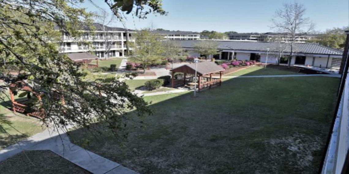 muestra un patio y barracas en la Estación Aérea Naval de Pensacola en Florida. AFP