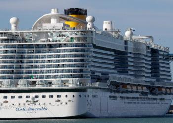 El crucero Costa Smeralda está atracado en el puerto de Civitavecchia, cerca de Roma, el jueves 30 de enero de 2020 por posible caso de coronavirus. AP