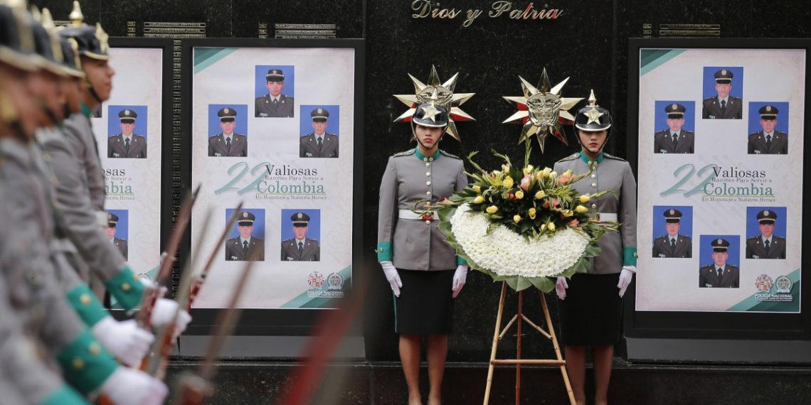 Homenaje a 22 cadetes fallecidos en un atentado con carro bomba contra la Escuela de Policía en Colombia. Foto: EFE