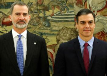El presidente del Gobierno español, Pedro Sánchez, jura en el cargo en una ceremonia ante el rey Felipe VI, (izq). Foto: AP