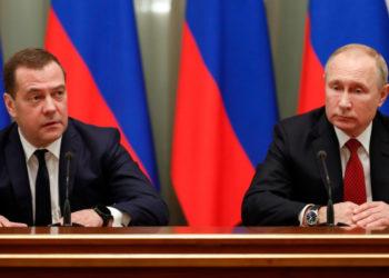 El presidente de Rusia, Vladímir Putin, y el primer ministro,Dmitry Medvedev (izq). Foto: EFE