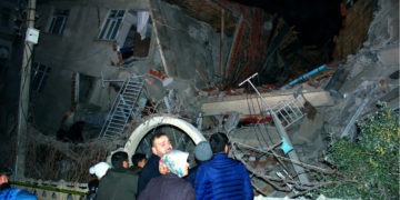 Las autoridades de Turquía evalúan el número de víctimas tras sismo de 6.5 grados. Foto: AP