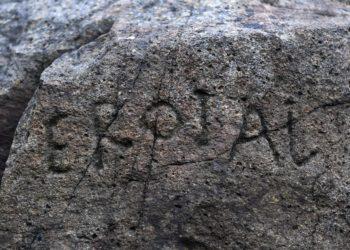 Foto tomada en Febrero 24, 2020 que muestra la inscripción de una roca Plougastel-Daaoulas, Francia (AFP)
