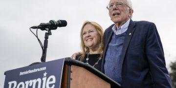 Bernie Sanders junto con su esposa Jane durante eventos de campaña del domingo. (AFP)