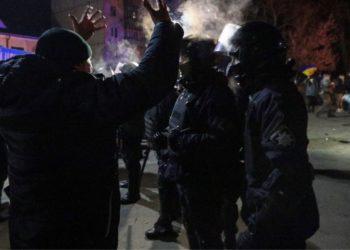 Reciben en Ucrania a pedradas y con protestas a bus con evacuados de Wuhan por coronavirus