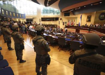 Militares ingresan a la Asamblea Legislativa de El Salvador. Foto: AP