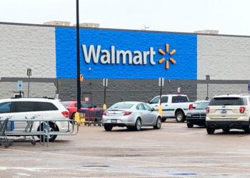 Balacera en Walmart deja un muerto y dos policías heridos enArkansas. Foto: AP