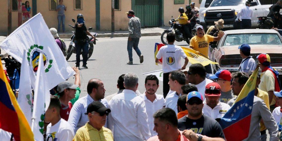 Ataque a manifestación liderada por Juan Guaidó en Barquisimeto en  Venezuela. Foto: AP