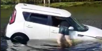 Captura de pantalla del rescate de una mujer en Florida, Estados Unidos. Facebook Shawn Turner
