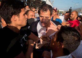 El presidente interino de Venezuela, Juan Guaidó, fue agredido por un grupo de simpatizantes del régimen de Nicolás Maduro a las afueras del aeropuerto internacional Simón Bolívar. Foto: EFE