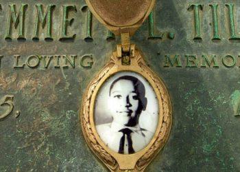Fotografía de archivo del 4 de mayo de 2005 de una foto de Emmett Till en su lápida en Alsip, Illinois. Cámara baja de EEUU hace del linchamiento delito federal. AP