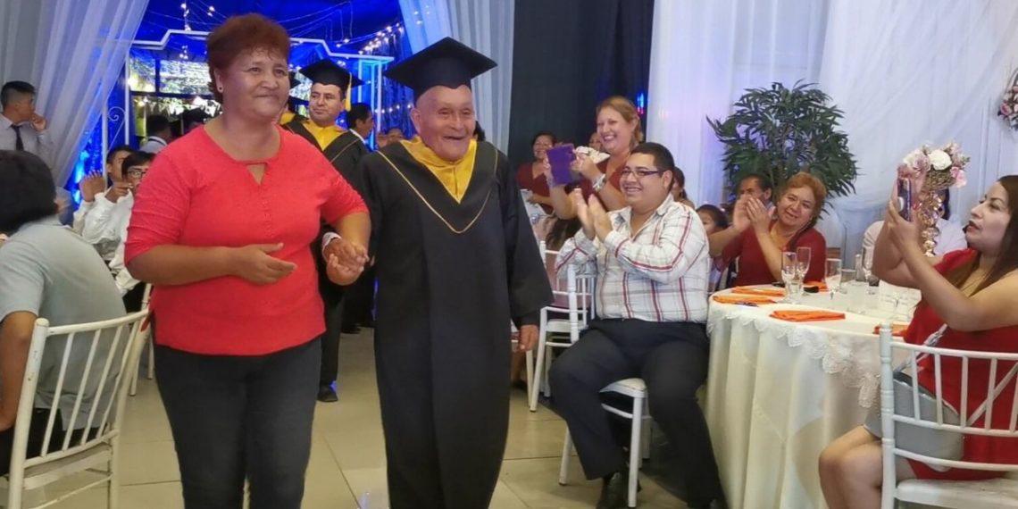 Abuelo de 89 años se graduó de la universidad en Perú. Foto: @drelm_lima