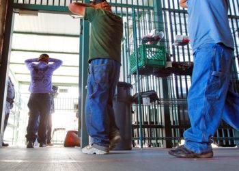 El Departamento de Seguridad Nacional de EE.UU. reveló que siguen disminuyendo las detenciones de inmigrantes en la frontera. Foto: AP