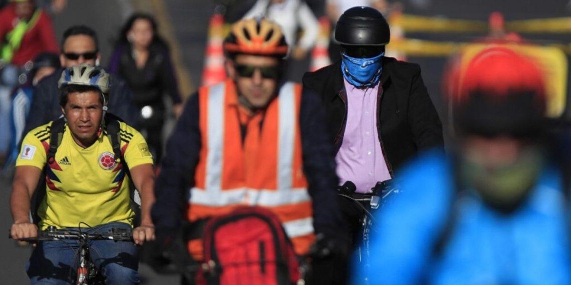 """iudadanos se movilizan en bicicleta durante el """"Día sin Carro"""" este jueves en Bogotá (Colombia). América Digital. AFP"""