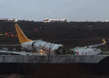 Un avión se salió de la pista y se partió en dos en Estambul, Turquía. América Digital/AFP