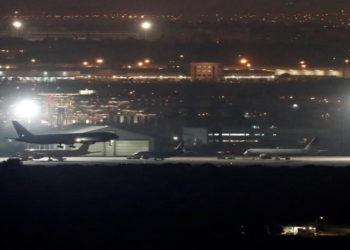 El avión de Air Canadá que lleva horas sobrevolando el espacio aéreo cercano al aeropuerto de Barajas, en el momento de su aterrizaje en el aeropuerto madrileño, sin incidencias. América Digital. EFE
