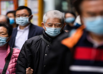 La Cruz Roja advierte contra tapabocas de baja calidad por coronavirus. AFP