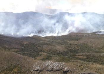 Grave incendio afecta el páramo de Sumapaz en Colombia. Foto: Bomberos Bogotá.