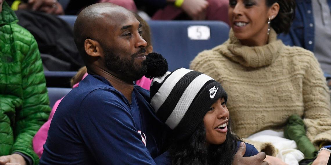 Kobe Bryant y su hija Gianna presencian un partido de básquetbol. Foto: AP
