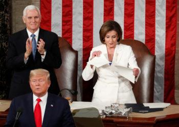 Nancy Pelosi rompió el que sería el discurso de Trump en el Congreso de EE.UU. Foto: AP