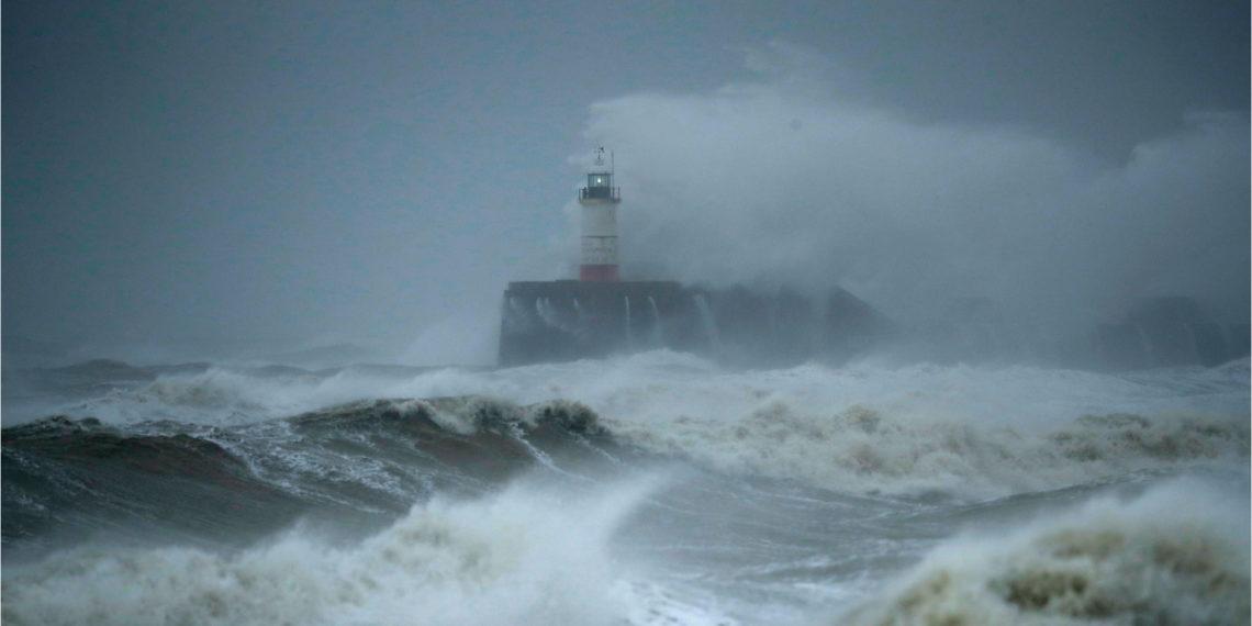 La tormenta 'Ciara' golpea fuertemente al oeste de Europa. Foto: AP