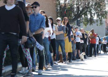 Votantes esperan en la fila para votar en Los Angeles, California. (AFP)