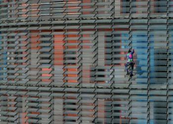 Alain Robert escalando la torre Agbar de Barcelona sin protección. Foto: AFP