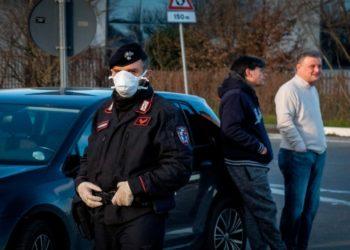 La policía italiana bloquea los caminos al norte del país. Foto: EFE