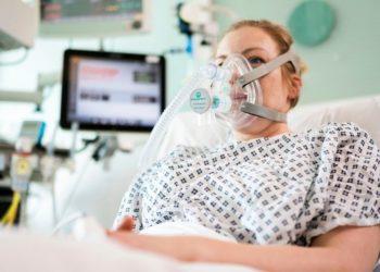 Ingenieros logran diseñar dispositivo respiratorio para tratar el coronavirus fuera de una UCI. Foto: AP