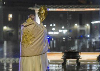 El Papa Francisco bendice al mundo ante la pandemia del coronavirus. Foto: AFP