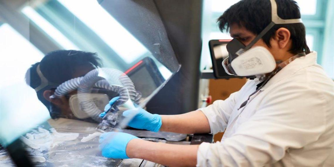 Un técnico trabaja en la fabricación, en impresoras de 3D, de componentes para un respirador desarrollado por el Consorcio de la Zona Franca, HP, Leitat y CatSalut. EFE/Alejandro García