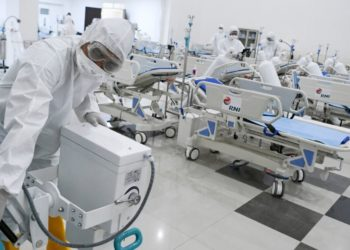 La búsqueda de material médico domina la lucha contra el virus. Foto: AP