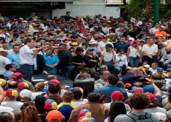 El líder opositor venezolano Juan Guaidó habla ante cientos de sus simpatizantes durante una sesión de la Asamblea Nacional tras una marchada convocada este martes, en el sector de Las Mercedes, en Caracas  Foto: EFE