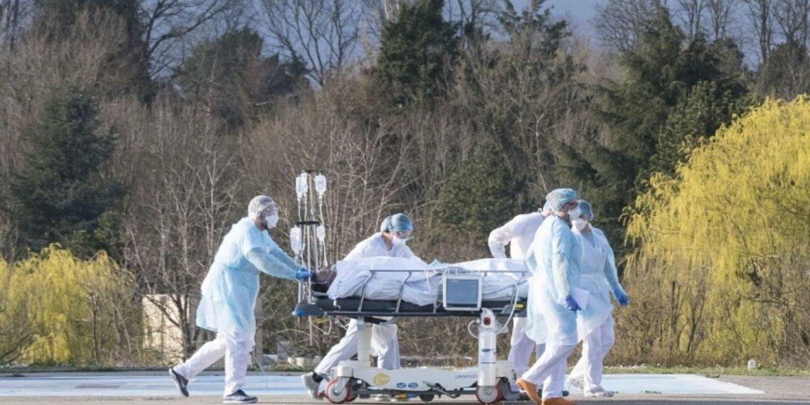 Personal médico traslada a un paciente contagiado con coronavirus en Francia. Foto: AFP