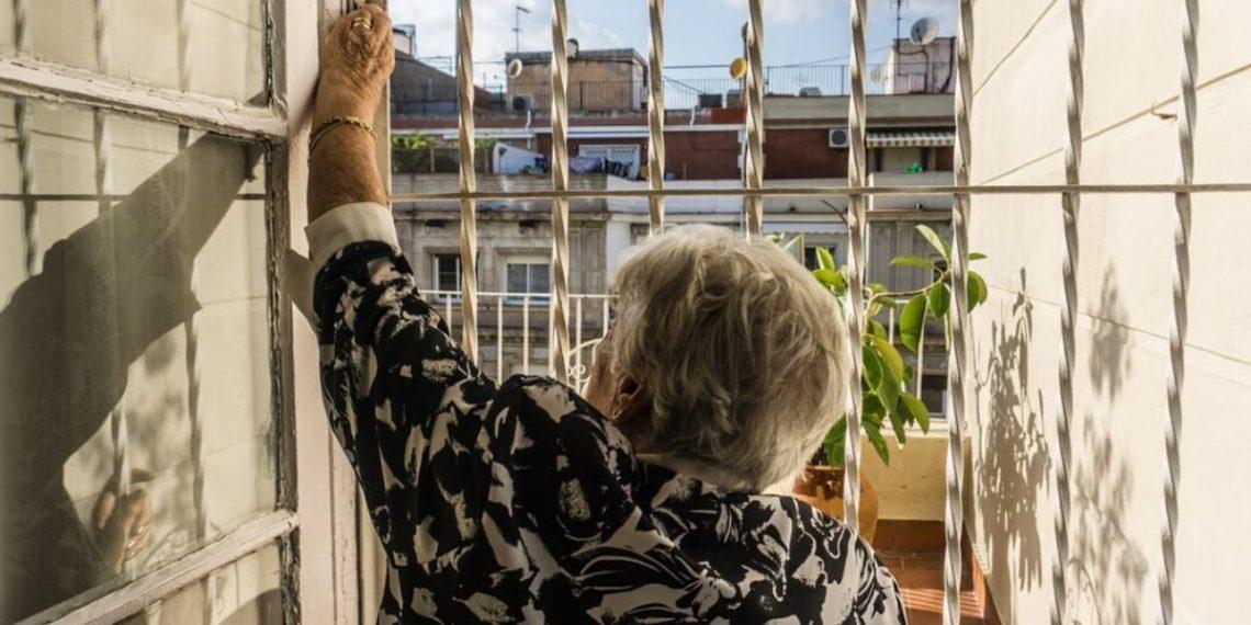 anciana hace tapabocas