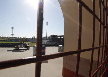 La foto del viernes 13 de marzo de 2020 muestra las rejas cerradas del Spectrum Field, casa de pretemporada de los Filis de Filadelfia, en Clearwater, Florida (AP Foto/Carlos Osorio)