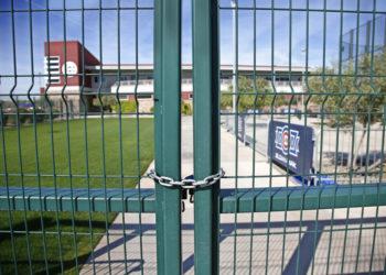 La foto del lunes 16 de marzo de 2020 muestra las rejas cerradas en el complejo de prácticas de los Cachorros de Chicago en Mesa, Arizona (AP Foto/Sue Ogrocki)