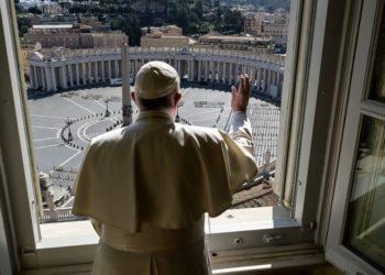 El Papa Francisco da su bendición en una plaza de San Pedro vacía por el coronavirus. Foto: AFP